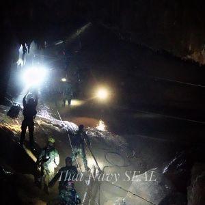 Pelastushenkilöstöä luolan suulla.