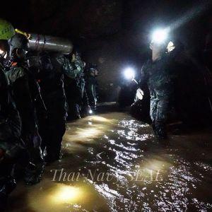 Thaimaan armeijan väkeä luolastossa.