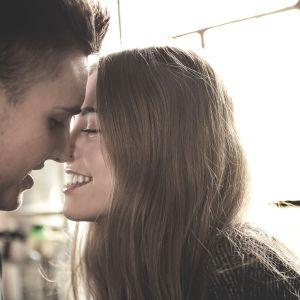 Nainen ja mies alkamassa suutelemaan.