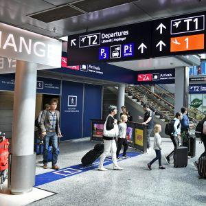 Matkustajia Helsinki-Vantaa lentokentällä.