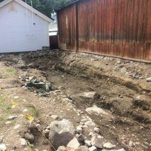 Jokikadun varrella olevan talon pihasta lähti kaivausten yhteydessä monta traktorilavallista maata.