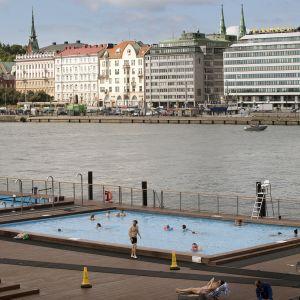 Uimareita Allas Sea Poolin uima-altaassa Helsingissä.