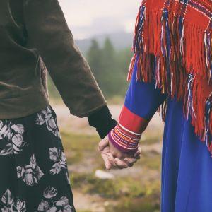 Kaksi naista käsi kädessä