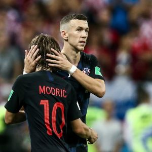 Luka Modric ja Ivan Perisic halaavat.