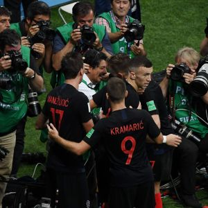 Kroatian Mario Mandzukic ja Ivan Rakitic kentällä valokuvaajien edessä.