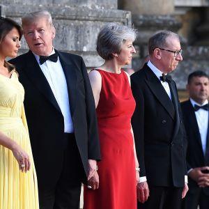 Presidentti Donald Trump ja vaimonsa Melanie Trump sekä pääministeri Theresa May ja puolisonsa Philip May tervetuliaisseremoniassa Blenheimin palatsissa Oxfordshiressa 12.7.2018.