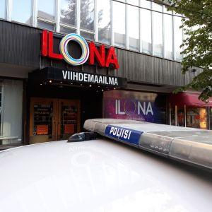Poliisiauto Joensuun keskustassa sijaitsevan ravintolan edustalla 13.7.2018.