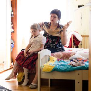 Tytöt saavat Kihnulla ensimmäisen punaisen kansallishameensa eli körtin jo vauvoina.