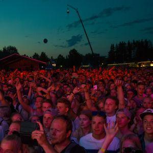 Yleisöä Zara Larssonin keikalla Ilosaarirock-festivaaleilla.