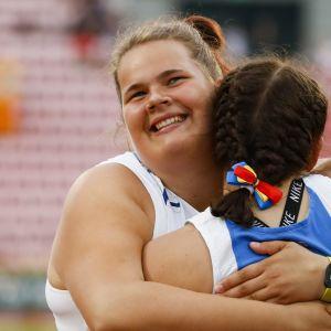 Helena Leveelahti halaa kiekkokisan voittajaa Alexandra Emilianovia.