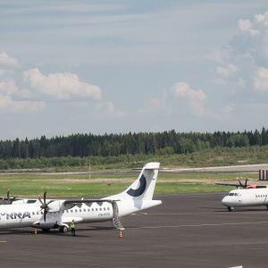 Kaksi lentokonetta on laskeutunut Tampere-Pirkkalan lentokentälle.