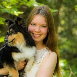 Susanna Sipola ja hänen koiransa Minni.