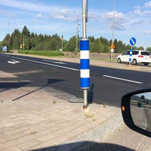 Henkilöauton on kääntymässä liittymästä vasemmalle.