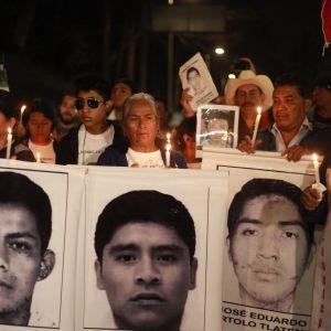 Huumesodan hinta. Kadonneiden opiskelijoiden omaiset osoittivat mieltään joulukuussa 2014 Guerreron osavaltiossa Meksikossa. Alkuvuodesta 2015 selvisi, että kaikki 43 opiskelijaa oli surmattu.