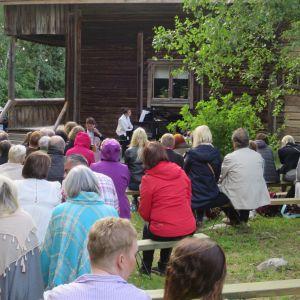 Sibeliuksen hääaitta, pianisti, yleisöä aitan pihalla