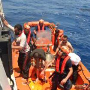 Turkin rannikkovartiosto pelastamassa pakolaisia Pohjois-Kyproksen lähellä keskiviikkona.