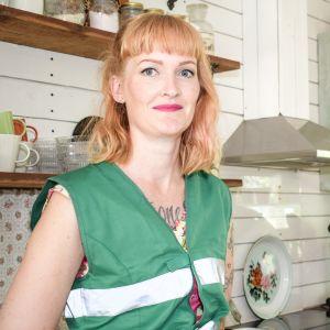 Ottilia ja Mikko Mäkinen seisovat omassa keittiössään