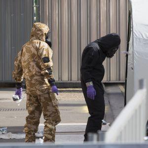 Tutkijat työskentelivät suojapuvuissaan WIltshiressä Amesburyssa heinäkuussa.