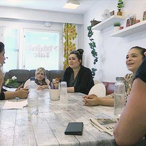Naisia pöydän ympärillä Forssan Yhteisötalolla