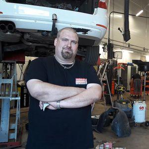 Arto Suontausta autokorjaamossa