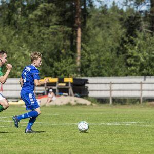 Juniorit pelaamassa jalkapalloa.