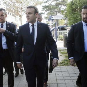 Ranskan presidentin avustajana kesäkuussa 2017 ollut Alexandre Benalla kävelee oikealla.