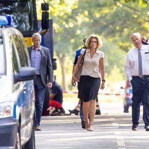 Vanhempi syytttäjä Ulla Hingst ja Schleswig-Holsteinin sisäministeri Hans-Joachim Grote tutkivat puukotuspaikkaa Lyypekissä perjantaina.