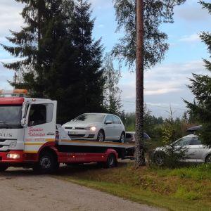 Useita hinausautoja saapui hakemaan vaurioituneita autoja Hartolassa, missä salama iski juhlapaikan parkkipaikalle.