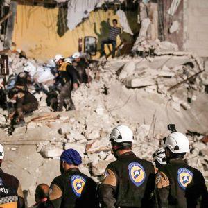 Vapaaehtoiset valkokypärät etsivät raunioista Idlibissä asukkaita.