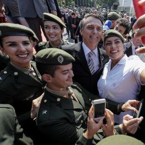 Jair Bolsonaro kannattajiensa ympäröimänä toukokuussa 2018.