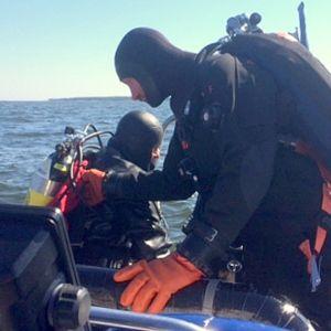 kaksi sukeltajaa kumiveneessä Haapasaaristossa Kotkan edustalla, hylkysukellus, Kotka Divers, Saku Partanen ja Lari Lampila