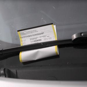 Pysäköintivirhemaksu auton tuulilasissa.