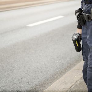 Poliisilla kädessään nopeustutka.