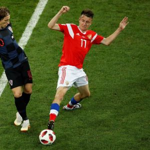 Kroatian Luka Modric (vas.) ja Venäjän Aleksandr Golovin pallon tavoittelussa MM-kisoissa.