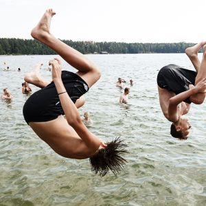 Uimarit hyppäävät veteen Sääksjärven uimarannalla Nurmijärvellä 26. heinäkuuta