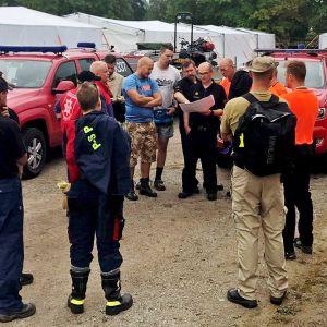Suomalaiset palomiehet käskynjaossa.