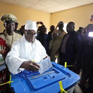 Presidentti Ibrahim Boubacar Keita äänestämässä