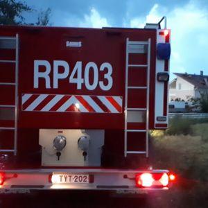 Paloauto tulipalosta kärsineen omakotitalon luona Mustasaaressa.