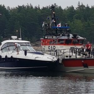 Toista onnettomuusvenettä hinataan satamaan.