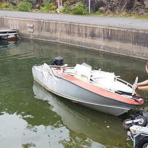 Pienempi onnettomuusvene nostetaan trailerille.