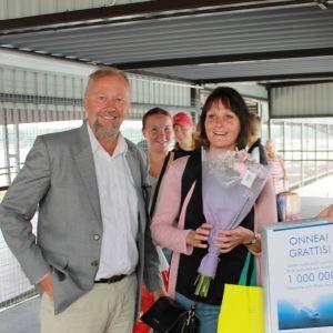 Wasalinen miljoonas matkustaja on Johanna Jakobsson Sundsvallista. Maihinnoususillalla häntä onnitteli toimitusjohtaja Peter Ståhlberg, kapteeni Johannes Sjöholm ja Wasalinen maskotti Wenni.