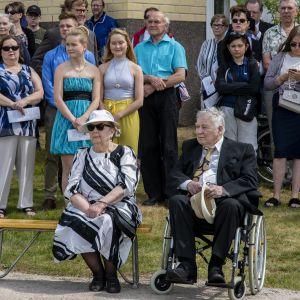 Ylävedet-veistoksen juhlaa vietettiin Ähtärissä Eero Hiirosen syntymäpäivänä kesäkuussa 2018. Eero Hiirosen vierellä vaimo Tuula.