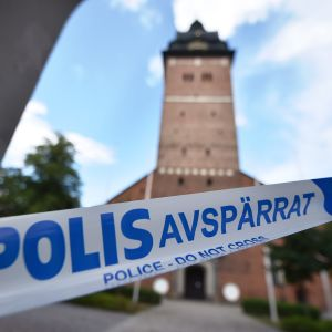 Poliisit eristivät rikospaikan.