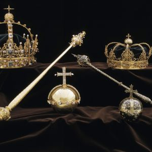 Varastettujen esineiden joukossa olivat molemmat kruunut sekä keskellä kuvaa näkyvä kullattu valtakunnanomena.