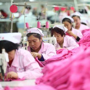 Kiinalaisnaisia tehtaassa töissä.