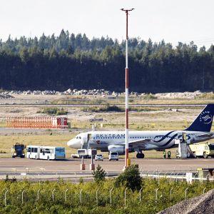 Evakuoitu tsekkiläinen lentokone Helsinki-Vantaan lentoasemalla.