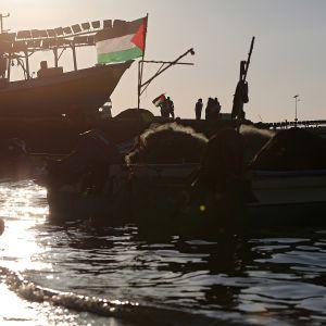 Armeijan laiva ja aktivistialus merillä Gazan edustalla