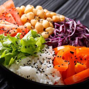 kasvisruokaa kulhossa