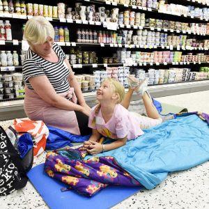 Maritta Airaksinen ja lapsenlapsensa Odelia viettivät yön Pohjois-Haagan K-Supermarketissa.