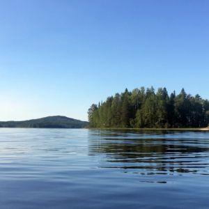 Näkymä rantavedestä järvelle.